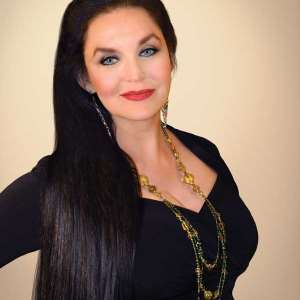 Crystal Gayle Birthday, Real Name, Age, Weight, Height, Family,Dress
